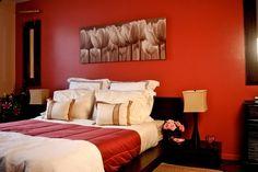 décoration chambre adulte en rouge et blqnc et deux bouauets de fleurs