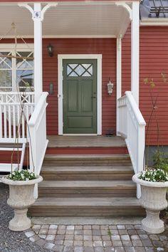 Jennys hem och harmoni - Inredning med Feng shui: Entrén och balkongen Exterior House Colors, Exterior Doors, Country Home Exteriors, Red Houses, Luxury Rooms, Front Door Colors, Swedish House, Back Doors, Outdoor Wall Lighting
