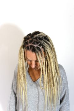 This is my client Linda, I've been doing her hair for years and it was that time again when she wanted dreadlocks again. Here is a photo were you can see how I have sectioninged her hair at the root. This pattern gets you a more versetail hairstyle. You can put the dreads towards any direction. If you want to see more photos of her day you can see it on her blog: