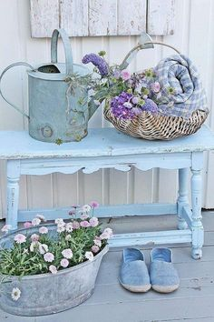 Front garden design in vintage style: 26 chic garden decor ideas - Front yard design vintage style garden furniture old watering can - Shabby Chic Living Room, Shabby Chic Interiors, Shabby Chic Kitchen, Shabby Chic Homes, Shabby Chic Furniture, Shabby Chic Decor, Garden Furniture, Furniture Chairs, Furniture Ideas