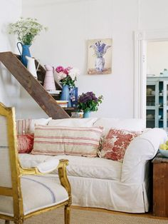 A French Flea-Market Retreat Out-of-the-Ordinary Shelf: A ladder from an old barn takes on a new life as a multi-tiered display unit for books and colorful enamel pitchers. Cottage Chic, Cottage Living, My Living Room, Cottage Style, Red Cottage, Unique Garden, Balustrades, Sweet Home, Ladder Decor