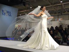 Una bellissima sposa classica di CARNEVALI