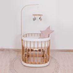 Selbst wenn das tweeto Babybett (70x70cm) in ein Kinderbett (70x120cm) erweitert wird, ist diese Schaukelfunktion - mehrere Jahre - immer ein wohltuender und beruhigender Begleiter! Trends, Bassinet, Cribs, Furniture, Home Decor, Kid Furniture, Kid Beds, Ad Home, Deko
