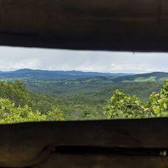 Olha esta paisagem. Vista da janela improvisada no redário do restaurante Sabor do Rosário.  #paisagem #landscape #rosario #cachoeiradorosario #pirenopolis #piri #cerrado #pirenópolis #nature #goias #ecoturismo #osturistas #tripify #travel #ipreview @preview.app