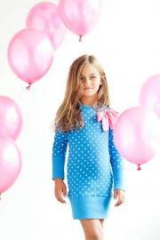 Wil jij ook wat kleur in de winter? Met deze vrolijke stippenprint word je toch helemaal blij? Het kobaltblauwe jurkje is afgewerkt met een brede band aan de onderkant en de mouwen van het jurkje. Samen met de knalroze strik zorgt dit voor exclusieve uitstraling.