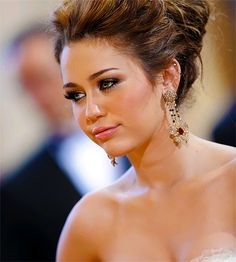 miley cyrus makeup:) And her hair is sooo pretty!