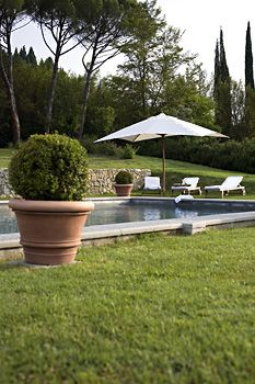 Christine Bauer - Fotografie - Exteriors Europe GRASS AROUND POOL WITH JUST AN EDGE OF CEMENT AROUND POOL - PERFECT!