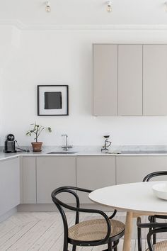 9 Top Useful Tips: Minimalist Bedroom Diy Paint Colors french minimalist decor rugs.Industrial Minimalist Interior Benches cozy minimalist home shelves.Minimalist Home Modern Interiors. Modern Grey Kitchen, Nordic Kitchen, Minimalist Kitchen, Minimalist Interior, Minimalist Bedroom, Minimalist Decor, Minimalist Design, Modern Interior, Minimalist Style