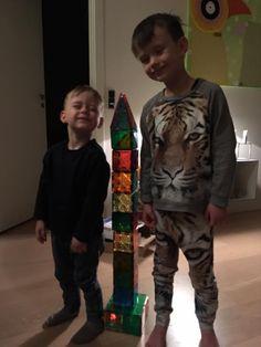 Alfred og Sigurd bygger et højt Magna-Tiles tårn.... #Magnatiles #Legebyen #Legebyendk