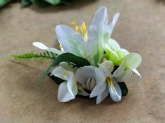 Bridal hairpiece, tropical wedding, hawaiian wedding, white flower hair clip, wedding hair accessories, rockabilly fascinator, exotic hair pin, 50s retro flower hair. A beautiful tropical flower hair clip in white and green colors with white sea shells that make it ideal for a beach wedding!
