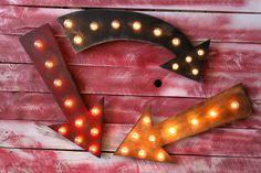 Signes lumineux à prix doux pour la signalisation de votre mariage... $49,90, via Etsy | Choix de formes, couleurs et styles