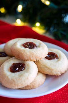 Easy Polvorones recipe from Puerto Rico (Mantecaditos de guayaba) sugar cookies with jam Puerto Rican Dessert Recipe, Puerto Rican Recipes, Cuban Recipes, Jam Cookies, Cookies Et Biscuits, Chocolate Chip Cookies, Sugar Cookies, Puerto Rico Cookies, Puerto Rico Food