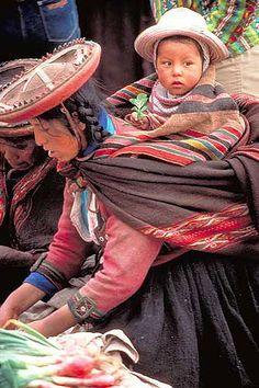 Quechuan Bolivia//Les Quechuas, Quichuas, Kichuas, Kichwas ou Kechuas, sont un groupe de peuples d'Amérique du Sud qui forment la plus nombreuse des familles ethnolinguistiques amérindiennes (groupe de langues quechua).