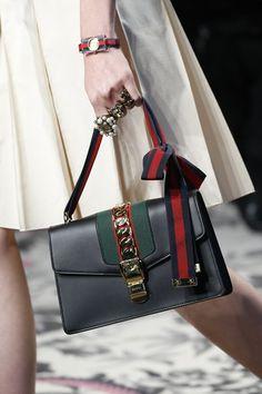 Customização de bolsas: fita no lugar da alça - Gucci Spring/ Summer 2016