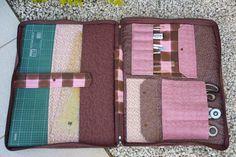 Projeto de bolsa de material de patchwork, da para carregar todo material como placa de corte, reguas, cortador, tesouras, moldes todas as tralhas que carregamos, ela tem o tamanho de 62cmx52cm. Da para enviar com carta registrada com custo de 5,00 R$ 20,00
