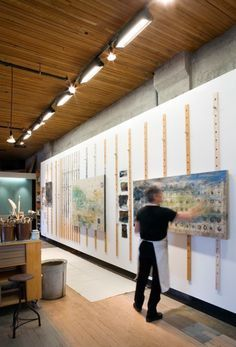 Olson Kundig Architects - Projects - Artist's Studio - LOVE the hanging system on this wall. I LOVE this hanging system. Olson Kundig Architects - Projects - Artist's Studio Great idea to raise and lower pieces! Is peg board wall for you? Art Studio Storage, Art Studio Organization, Art Storage, Storage Ideas, Ribbon Storage, Art Studio Design, Art Studio At Home, Home Art, Wall Design