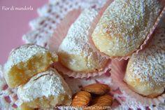 I Fior di mandorla, chiamati anche fiocchi di neve, sono dei profumati e golosi biscotti alla mandorla tipici della mia terra a base di pasta di mandorla informata e cosparsa di zucchero a velo