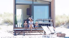 Übernachten am Strand, wer will das nicht? Mit dem Meeresrauschen im Hintergrund erwachen - ein einmaliges Erlebnis. Unsere Strandhäuschen stehen auf dem Zuiderstrand auf der Höhe des Badeortes Kijkduin. Die luxuriösen Strandhäuschen sind modern eingerichtet und mit allen Annehmlichkeiten ausgestattet. Die überdachte Veranda bietet viel Privatsphäre und außerdem einen phantastischen Ausblick.