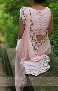 PRODUCT DESCRIPTION: Featuring a balmy baby pink pure chiffon saree with beautifully embroidered satin pink rose vines along the edges. Blouse Back Neck Designs, Sari Blouse Designs, Fancy Blouse Designs, Saree Blouse Patterns, Designer Blouse Patterns, Bridal Blouse Designs, Chiffon Saree, Saree Dress, Dress Up