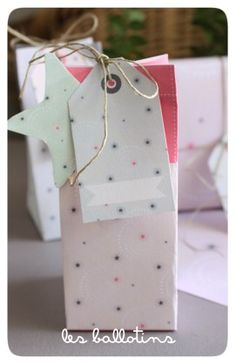 Free printable Christmas gift box from Avec Ses 10 Ptits Doigts - kit-de-noel. Available in pink and blue.