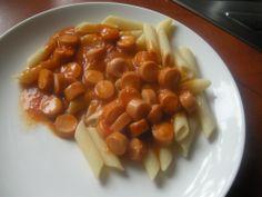 Pyszne paróweczki z makaronem z sosem? TAK! Wersja bardzo oszczędna :) Do przygotowania obiadku potrzebujemy... parówki, trochę makaronu i sosu ze słoika. Hmm... smacznego? ;)