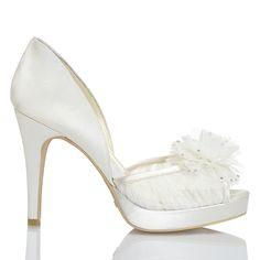Zapato de novia en satín con flor central de Menbur (ref. 5978) Satin with central flower bridal shoes by Menbur (ref. 5978)