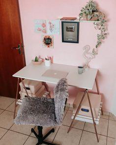Simplesmente encantada com o home office! Que eu mesma fiz, desde a pintura da parede até a montagem dessa escrivaninha linda de cavaletes! 💻 Tem vídeo de tudo lá no canal! 😍  #donadecasa #donadecasaeusou #donadecasasimples #donadecasasimples #donadecasaorganizada #donadecasablogueira #homeoffice #mesadecavaletes #casinhasimples #casinhadeboneca #casaorganizada #casanova Home Office, Office Desk, Furniture, Home Decor, Organised Housewife, Easels, Desk, Bedroom Decor, Wall