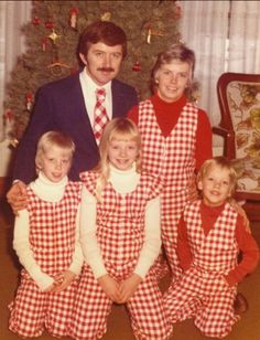 No one's immune to bad, awkward family Christmas photos! Here's more of the creepiest, funniest, awkward family Christmas photos and holiday cards ever! Funny Christmas Photos, Vintage Christmas Photos, Retro Christmas, Holiday Photos, Vintage Holiday, Weird Family Photos, Awkward Family Photos, Bad Photos, Family Pictures
