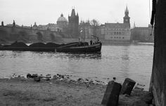 Nákladní loď (2086-1)• Praha, duben 1963 •   černobílá fotografie, z Kampy, Karlův most, Karlovy Lázně, Vltava  • black and white photograph, Prague 