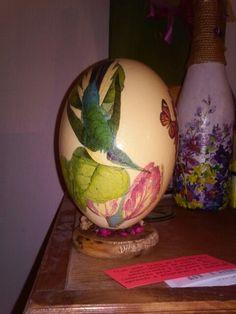 Huevo de avestruz con Decoupage