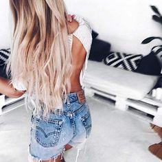 Good morning #love #rwdz #girl @laurralucie #hair #goals #runwaydreamz #street #ootd Shop now link in bio