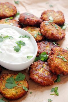 Croquette de chou-fleur à l'indienne : 1 head cauliflower cut into florets 2 tablespoons olive oil salt 1/2 cup dry bread crumbs 2 large eggs 2 tabelspoons all purpose flour 2 tablespoons Greek yogurt 1 garlic clove, grated 1 1/2 tsp curry powder 1 tsp ground cumin 1/2 tsp tumeric 1/4 tsp cinnamon handful of cilantro, chopped vegetable oil for frying
