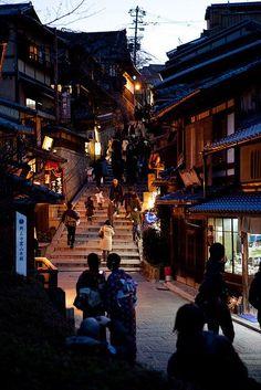 Japan - Ninenzaka backstreet at night in Higashiyama, Kyoto Japon Tokyo, Kyoto Japan, Japan Japan, Places To Travel, Places To See, Japan Street, Art Japonais, Le Havre, Visit Japan