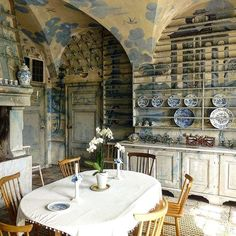 The kitchen at Thureholm, Trosa, Sweden, completed 1740 for Thure Bielke ~ #thureholmsslottköket #thureholm #thureholmsslott ~ #swedishinteriordesign #swedisharchitecture #blueandwhite #blueandwhiteinteriordesign #muralpainting #kitchendesign #interiordesign #architecture ~ #swedishcountryhouse
