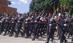 Parada del Grupo de Reserva de la Guardia Civil. El G36 de Heckler and Koch es uno de los Rifles de Asalto que más usan #airsoft Heckler & Koch, Rifles, Airsoft, Traditional Dresses, Group, Warriors, Historia, Cheat Sheets, Guns