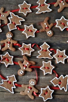 gingerbread cookie garland- website is in another language, pinning so I can do something like this for the kitchen. Thinking cinnamon ornaments and white puffy paint? Christmas Gingerbread, Noel Christmas, Christmas Treats, Christmas Baking, Winter Christmas, Gingerbread Cookies, Christmas Ornaments, Gingerbread Ornaments, Gingerbread Decorations