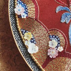 На данном изображении может находиться: 1 человек, в помещении Chinese Embroidery, Beaded Embroidery, Lesage, Thread Art, Gold Work, Bargello, Hand Embroidery Designs, Chinese Style, Hand Sewing