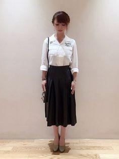 SYNTHETIC LEATHERのミモレ丈プリーツスカートにオープンカラーの白シャツでシンプルに。