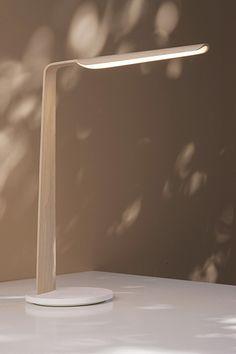 Lampe de bureau Swan en bois avec leds intégrées et socle Corian blanc. Interrupteur tactile. Luminaires scandinaves Tunto Bureau Simple, Lampe Led, Incense, Lighting, Transitional Chandeliers, Desk Lamp, Lights, Lightning