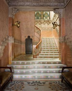 Каса Навас в Каталонии, арх. Луис Доменека-и-Монтанера  Входной вестибюль. Пол и ступени лестницы выложены мозаикой, которой в интерьерах вообще очень много.