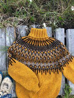 Knitted in troll and blåne from Hillesvåg Troll, Blanket, Crochet, Sweaters, Instagram, Crochet Hooks, Blankets, Crocheting, Pullover