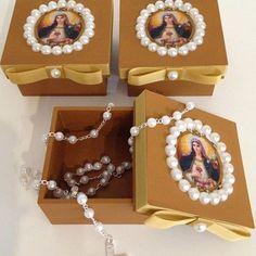 Caixa 7x7 decorada com pérolas e tecido . Lembranças especiais para pessoas especiais !!!❤️❤️❤️❤️ Easy Crafts, Diy And Crafts, Arts And Crafts, Catholic Crafts, Pretty Box, Altered Boxes, Religious Icons, Communion, Christmas Crafts