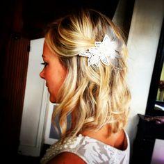 Barrette dentelle, plumes & perles pour un mariage!