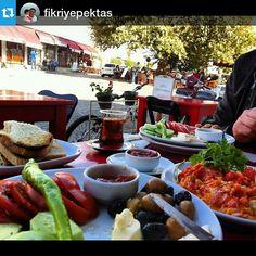 """#Repost @fikriyepektas ・・・ Bugunku kahvaltimiz ada manzarali ..... #bozcaada  #bayram #breakfast #menemen #çay #foodporn #food #kahvaltı  #yummy  #tenedos…"""