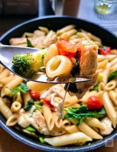 Οι κλασικές πένες και τα πιο καθημερινά υλικά οργανώνουν μια γρήγορη, υγιεινή, γευστικότατη ιταλική μακαρονάδα. Με ζουμερό κοτόπουλο, φουντωτό μπρόκολο, λαμπερά ντοματίνια, φρέσκο σπανάκι και μοτσαρέλα. Penne, Pasta Salad, Ramen, Ethnic Recipes, Food, Crab Pasta Salad, Essen, Meals, Yemek