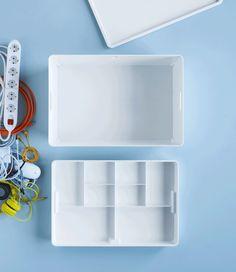 工具や充電器がホワイトのイケア KUGGIS/クッギス ボックス 仕切り付きに入っている