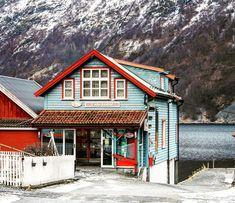 Undredal   #day43 #undredal #fjord #aurlandsfjord #wintersafari #boattrip #erasmus #erasmuslife #sightseeing #colors #houses #colorfulhouses #mountains #nature #seaside #norway #thebestofnorway