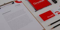 La nouvelle identité Grosbill se matérialise par la conception de son nouveau logo. Fini le orange et le noir, la marque s'affirme avec un rouge vif et haut de gamme, et une typographie unique, symbole fort de reconnaissance de l'enseigne.