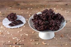 I Biscotti corn flakes e cioccolato sono dei deliziosi dolcini perfetti per la merenda o la colazione. Solo due ingredienti semplici e veloci da preparare!