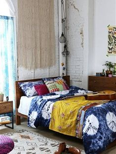 Add the boho chic home decor touch to your home interior design project! Bohemian Interior Design, Home Interior Design, Home Bedroom, Bedroom Decor, Bedroom Ideas, Bedroom Designs, Warm Bedroom, Hack Ikea, Wooden Platform Bed